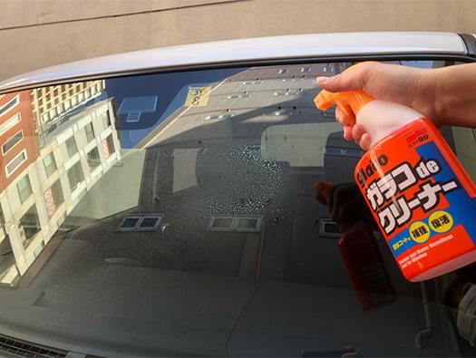撥水効果を強化させ、フロントガラスのクリーニングができる超簡単アイテム