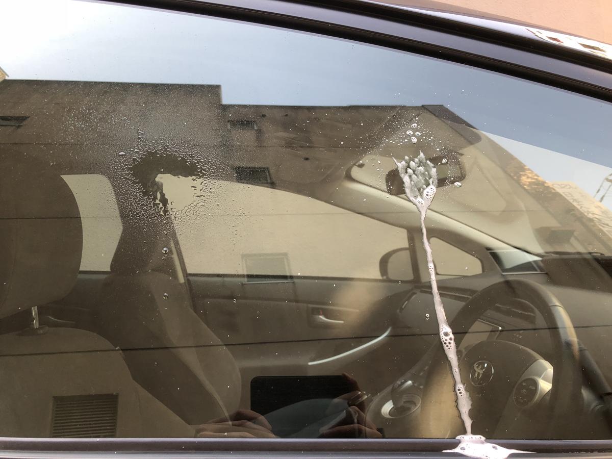 車のガラス汚れは、ジェルタイプの窓用クリーナーが便利です