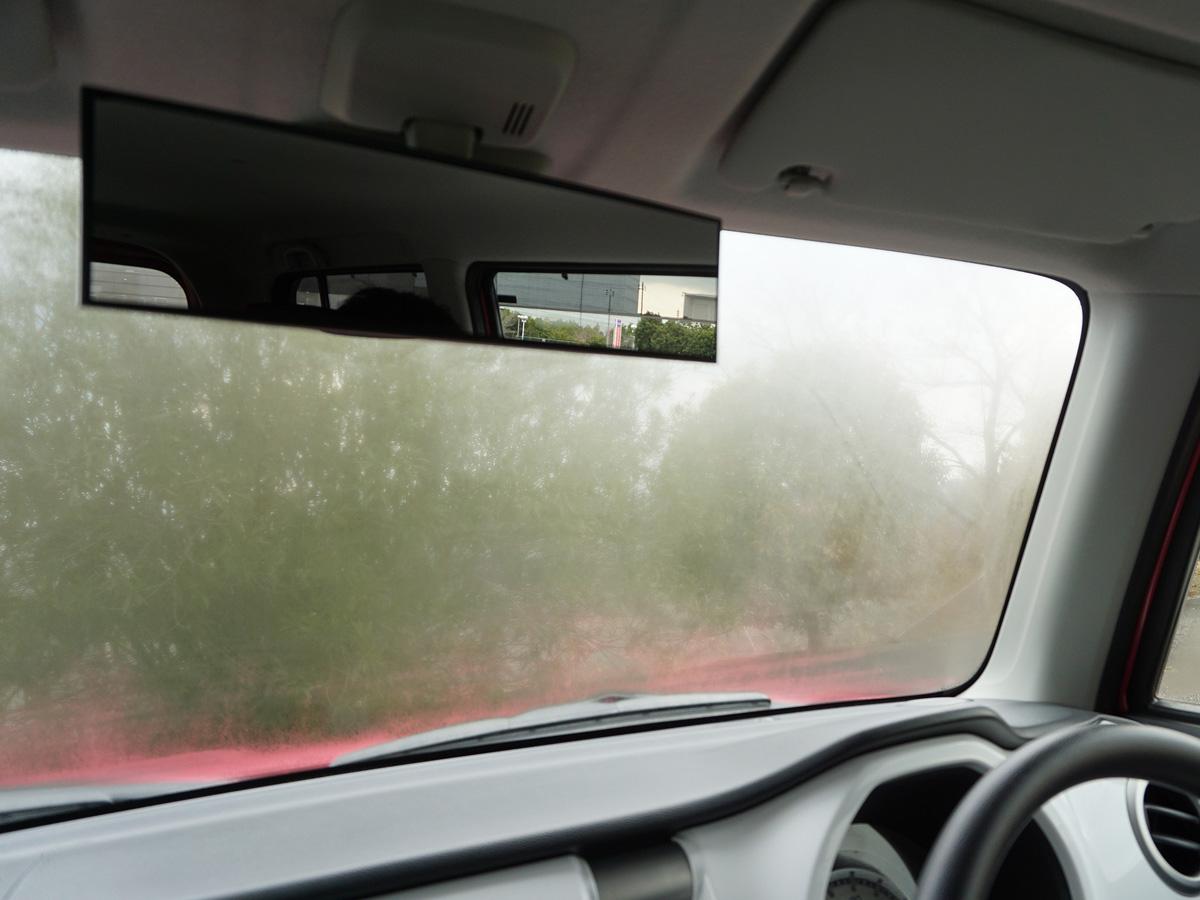車内のくもりの原因「フロントガラス内側の汚れ」を手軽にきれいにする方法