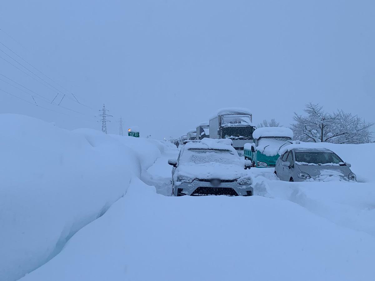 大雪で車が立ち往生!雪道ドライブ対策と防災の備え